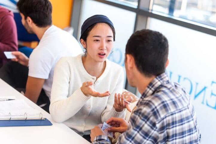 Estudiantes de diferentes nacionalidades. - El aprendizaje del inglés como objetivo común.