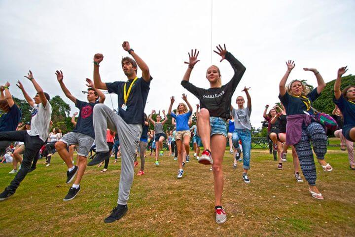 Ofrecemos un programa completo de actividades divertidas, como por ejemplo clases de baile - Durante las actividades se puede divertirse y practicar el inglés a la vez.