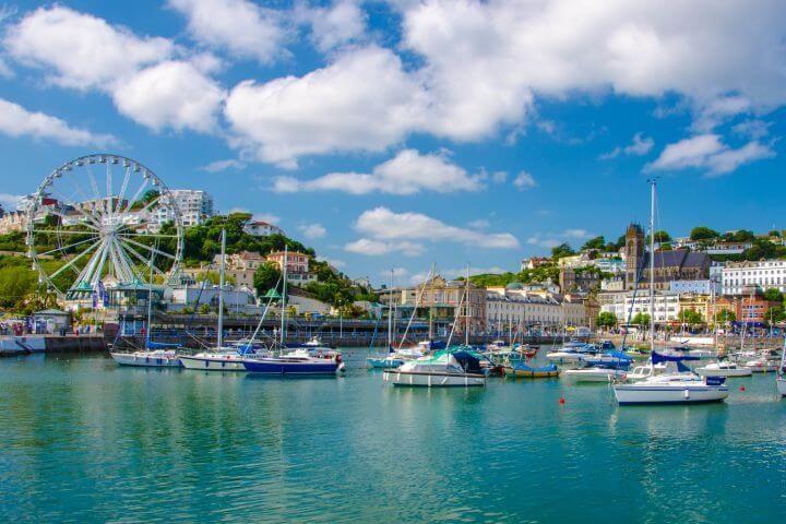 Torquay - Conocida como la Riviera inglesa por sus playas, palmeras y ambiente