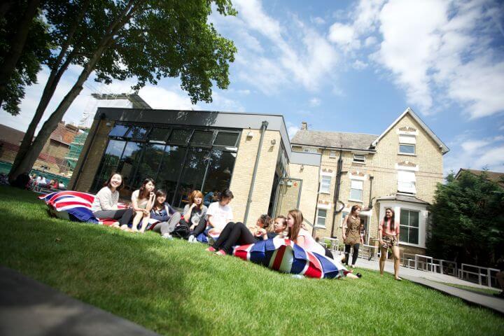 Patio de la escuela - Zona exterior para relajarse, comer, socializar, etc.
