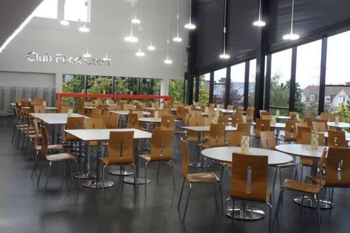 La escuela cuenta con instalaciones modernas, como el amplio comedor - El comedor está diseñado especialmente para estudiantes