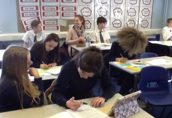 Integración con estudiantes británicos - Los estudiantes asisten al instituto, participando las diferentes asignaturas con estudiantes nativos