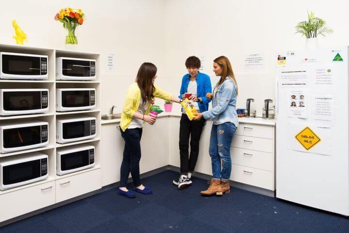 Instalaciones - Pequeña cocina con mircoondas, nevera, máquina expendedora...