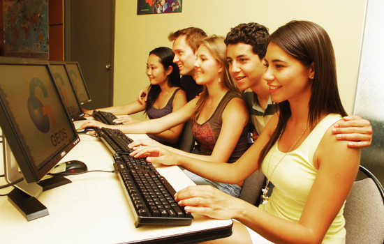 Podrás tener acceso a internet gratuíto desde los ordenadores de la escuela. -