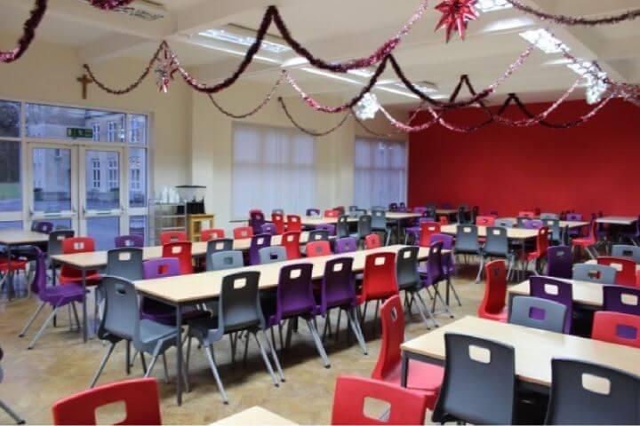 El comedor del campus - La escuela y la residencia cuentan con instalaciones modernas, como el comedor amplio.