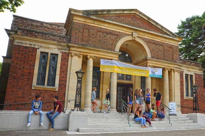 La escuela, ubicada en una preciosa iglesia - Nuestra escuela está ubicada en una iglesia de 90 años de antigüedad