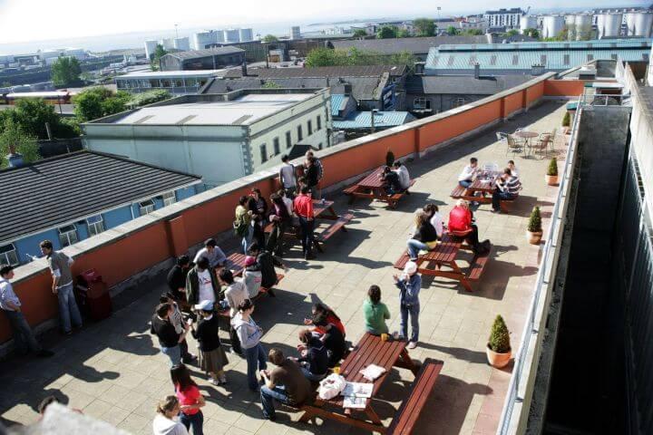 La terraza de la escuela - Instalaciones muy agradables para los estudiantes
