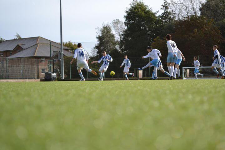 Instalaciones deportivas en el campus - Los jóvenes eligen el programa de actividades deportivas semanal