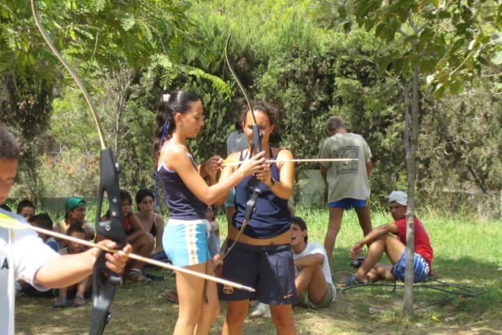 Tiro con arco entre las actividades del campamento -