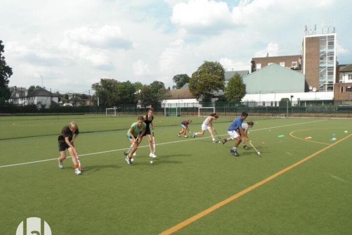 Instalaciones deportivas en el propio campus. - Diferentes campos y cachas deportivas para elegir tu deporte favorito.