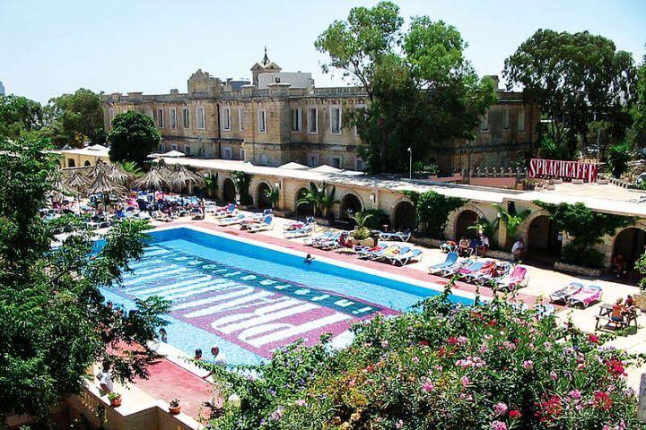 Inmersión lingüística en la isla - Si estudias un curso de inglés en nuestra escuela en Malta podrás vivir una experiencia de inmersión lingüística única: clases de inglés, buen tiempo y paisajes maravillosos
