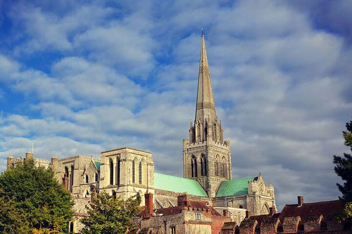 Chichester es un destino ideal para conocer Reino Unido - Buenas comunicaciones y un destino seguro para los jóvenes