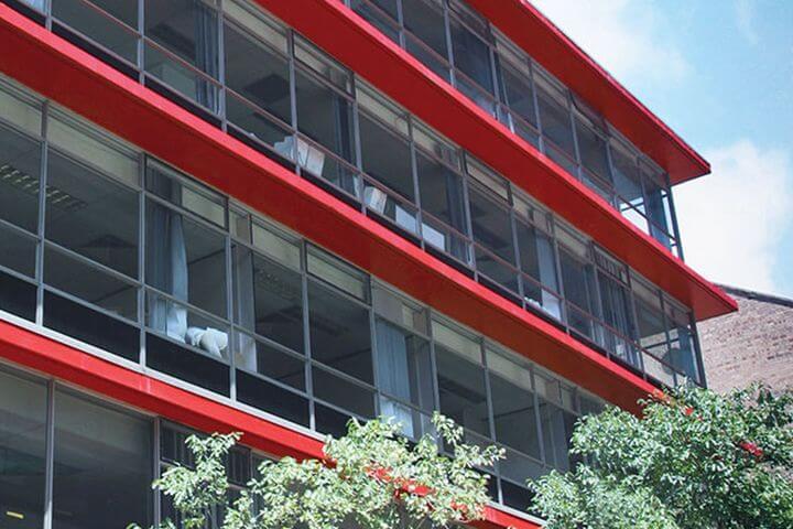 La escuela - El centro de estudios se ubica en un edificio moderno, espacioso y bien iluminado