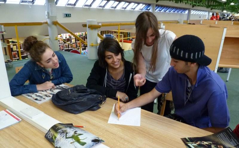 Clases en la biblioteca - Clases en la biblioteca  de la Glastonbury - Juniors
