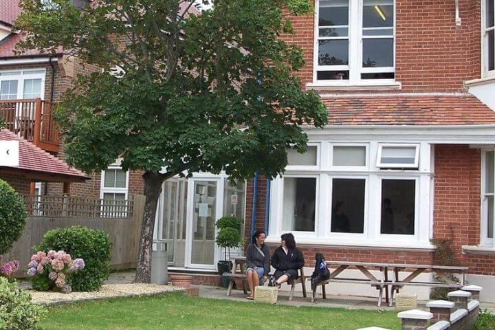 La escuela  - Instalaciones modernas y un patio para hacer barcaboas si hace buen tiempo