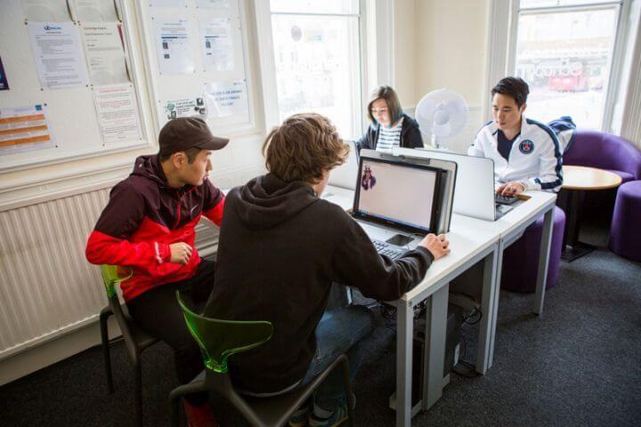 Sala de ocio y ordenadores - La escuela está bien equipada: Internet, zona de descanso y cocina