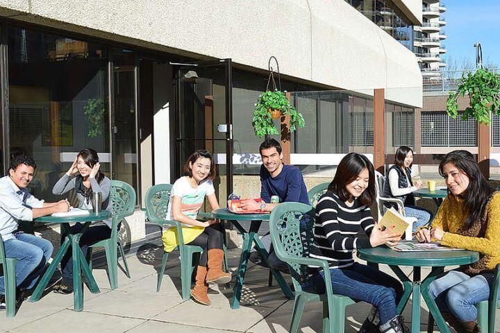 Instalaciones exteriores de la escuela - Punto de reunión para los estudiantes