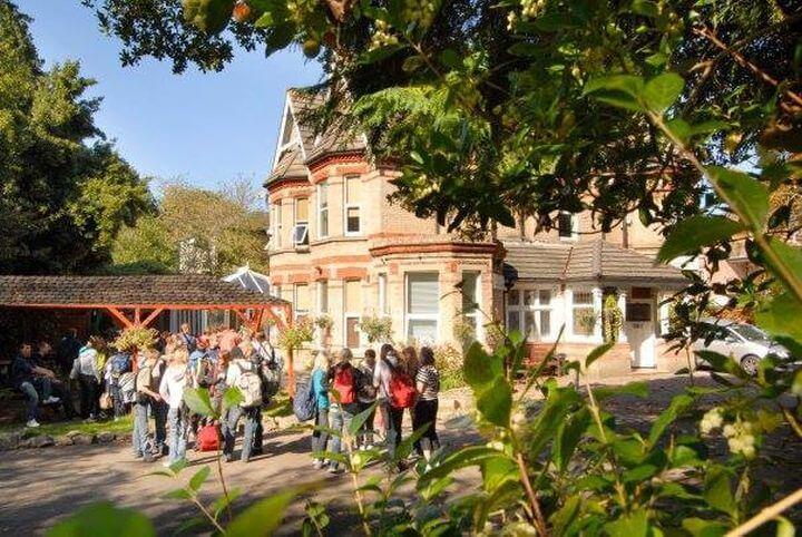 La escuela - Bonito edificio con instalaciones modernas