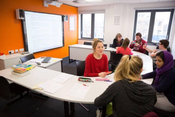 Clases de inglés dinámicas - Aulas de idiomas equipadas con nuevas tecnologías